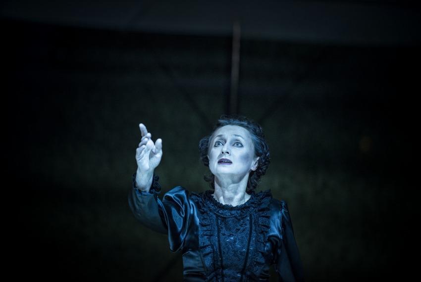 Dybuk / reż. maja Kleczewska / fot. M.Hueckel / na zdjęciu Joanna Przybyłowska