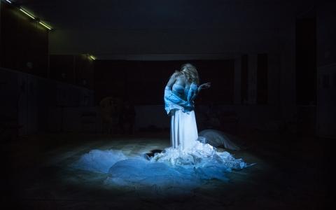 Spektakl Dybuk oparty o tekst Szymona An-skiego w reżyserii Mai Kleczewskiej. Spektakl grany w języku polskim, hebrajskim i jidysz.