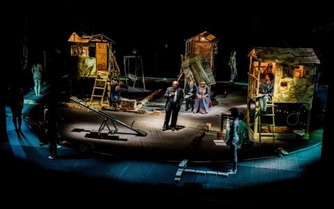 Matki w reżyserii Pawła Passiniego. Spektakl z udziałem Dzieci Holocaustu został zrealizowany przez Teatr Żydowski w Warszawie wg pomysłu Gołdy Tencer.